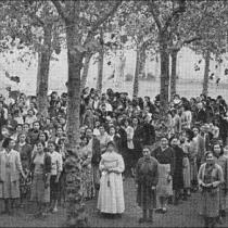 Formació general de preses al pati de les Corts. Memòria del PCNSM de 1953. Foto Postius.
